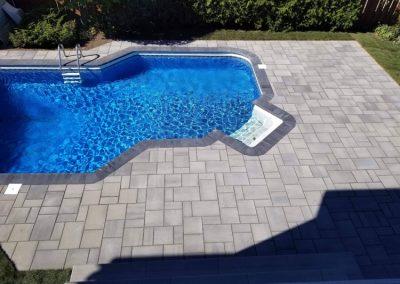 Espace piscine en pavé cour arrière avec contour de piscine - Aménagement Paysagement Goyer - Rive-Sud