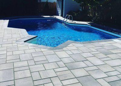 Pavé de cour arrière avec contour de piscine - Aménagement Paysagement Goyer - Rive-Sud
